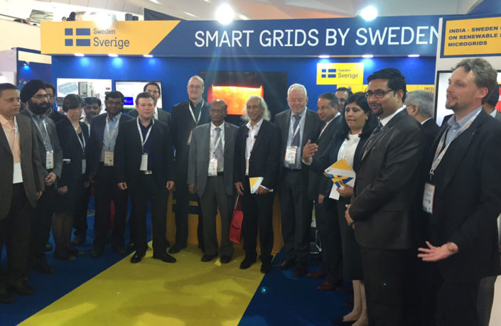 About twenty Swedes and Indians at Sweden's stand. Photo.