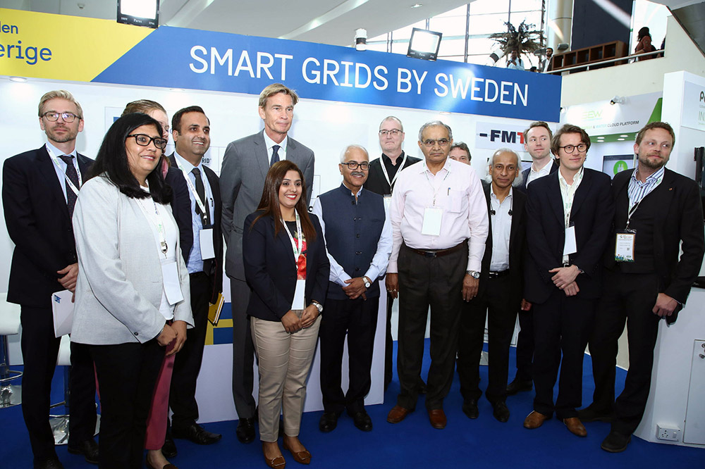 Swedes and Indians by the Swedish stand. Photo.