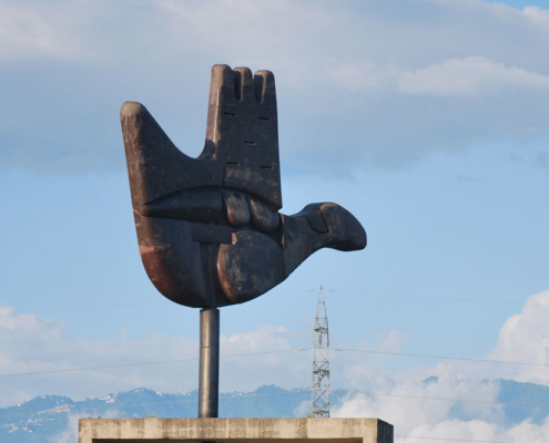 Open hand monument. Photo.